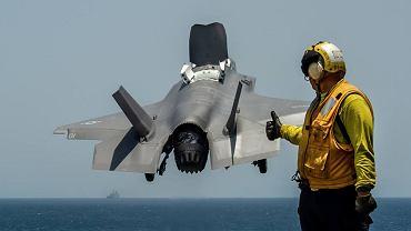 F-35B startujący z pokładu USS Essex