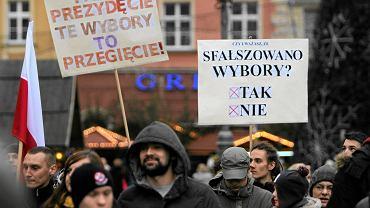 Protest sympatyków komitetu Bezpartyjni Samorządowcy w sprawie liczenia głosów podczas wyborów samorządowych. Wrocław, 22 listopada 2014 r.