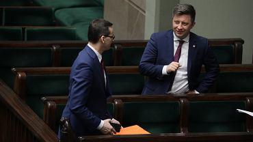Premier Mateusz Morawiecki i minister Michał Dworczyk podczas posiedzenia Sejmu, 26 marca 2020 r.