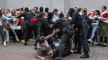 08.09.2020 Białoruś, Mińsk. Funkcjonariusze OMON-u rozbijają manifestację poparcia dla Marii Kolesnikowej.
