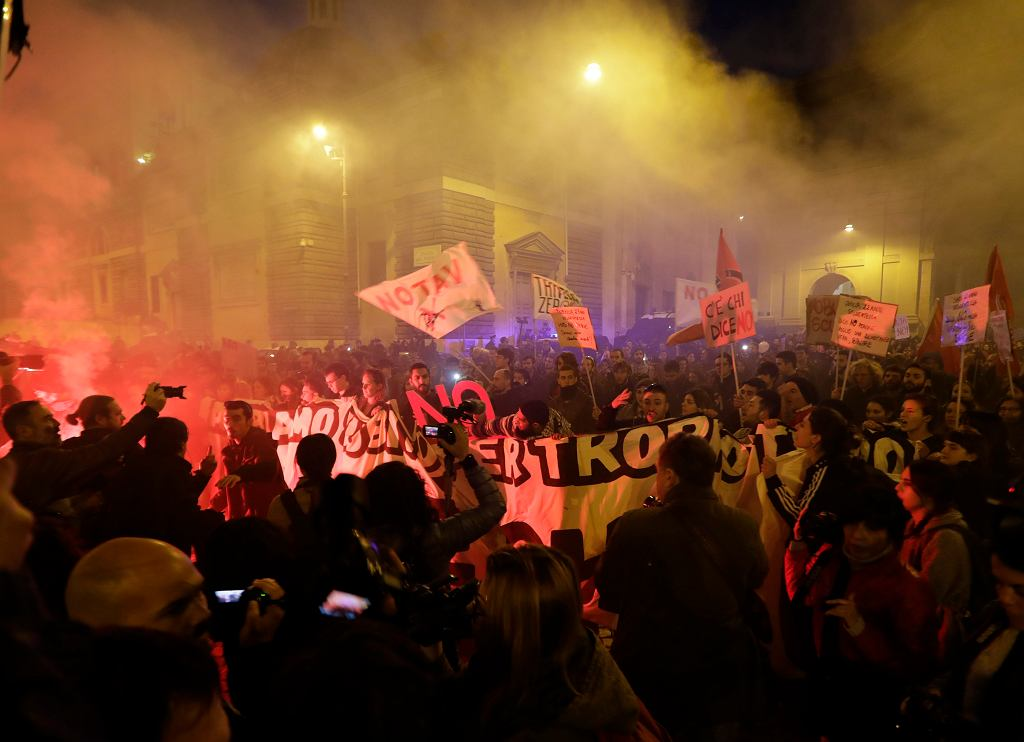 Przeciwnicy reformy rządu Matteo Renziego w trakcie demonstracji, Rzym, 27 listopada