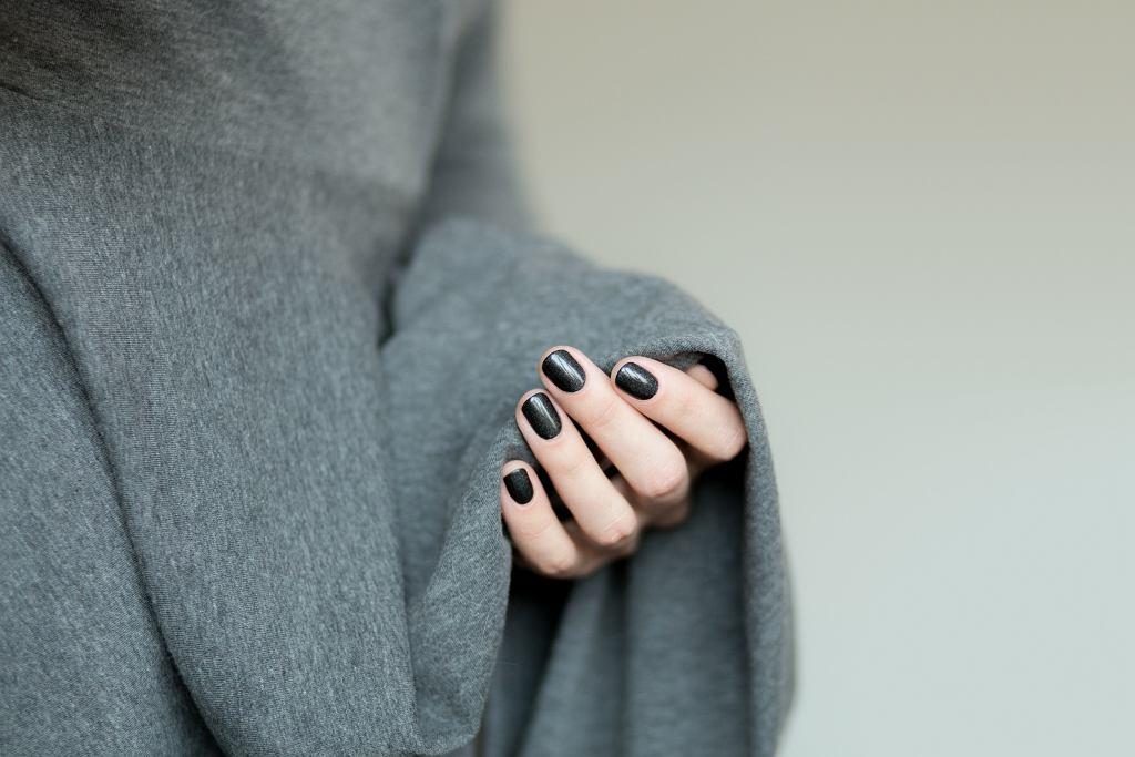 Jak dobrać kolor paznokci do sukienki? Nie bój się eksperymentować