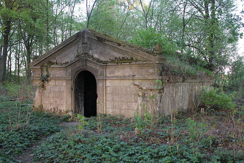 Ten sam grobowiec w Miłkowie przed rozpoczęciem prac