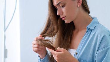 Dlaczego włosy się puszą i jak temu zaradzić?