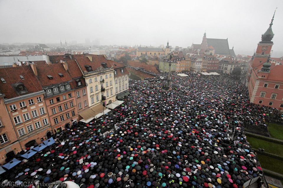 Czarny Protest przeciw nowej ustawie antyaborcyjnej. Plac Zamkowy, Warszawa, 3 października 2016 r.