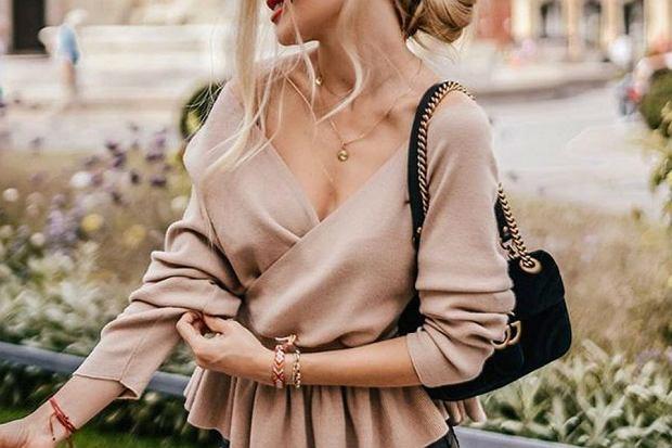 Bluzka z długim rękawem to element garderoby, który sprawdzi się jesienią. W pierwszych miesiącach tej pory roku, kiedy jest jeszcze w miarę ciepło, noś takie bluzki same, bez okrycia wierzchniego. Kiedy zrobi się chłodniej, równie dobrze sprawdzą się pod płaszcz lub kurtkę. Wybrałyśmy najładniejsze modele bluzek z sieciówek, które sprawdzą się najlepiej właśnie jesienią!