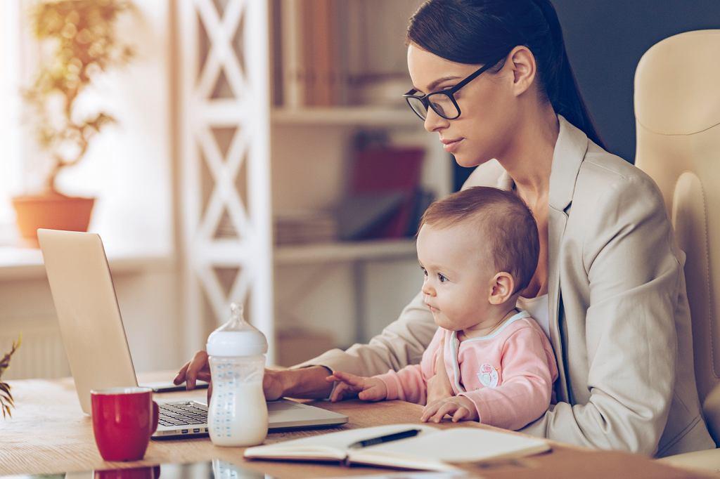 Wielu małym dzieciom nie przeszkadza, że w czasie opieki nad nimi mama pracuje przy komputerze