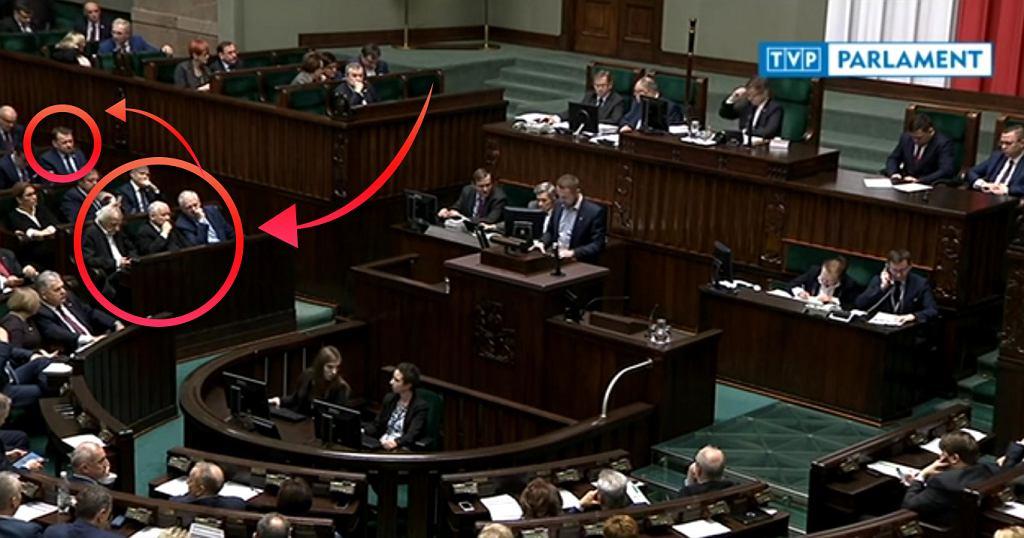 Jarosław Gowin zajmuje miejsce obok prezesa PiS, a Mariusz Błaszczak przesiadł się do dalszego rzędu