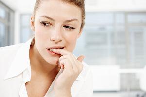 Nie mieszaj... licówek na zębach z obgryzaniem paznokci