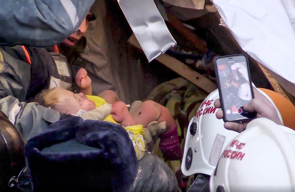 1.1.2019, Magnitogorsk, spod gruzów zawalonego domu wydobyto żywe 10-miesięczne dziecko.
