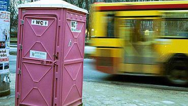 Przenośna toaleta przy pl. Inwalidów