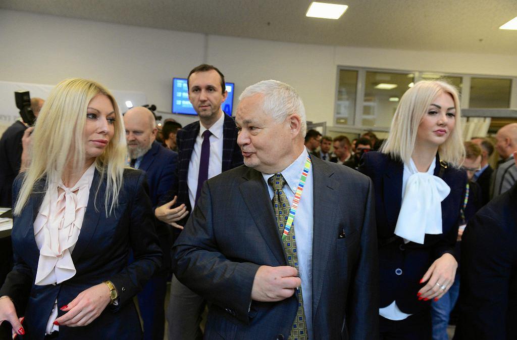 Prezes NBP Adam Glapiński w towarzystwie Kamili Sukiennik (z lewej) i Martyny Wojciechowskiej. Kongres 590. Jasionka k. Rzeszowa, 16 listopada 2018