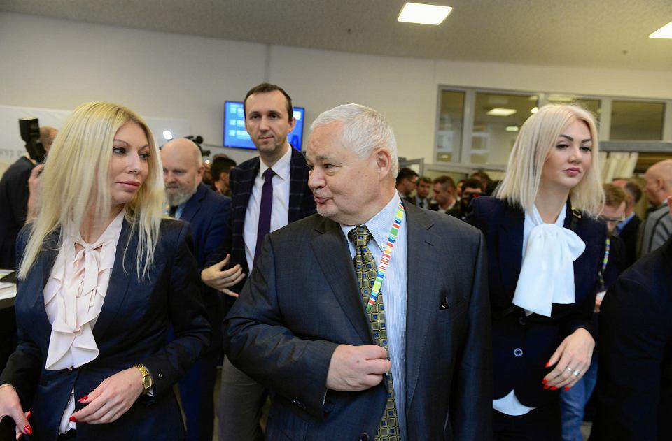 16.11.2018, Jasionka k. Rzeszowa, Kongres 590, prezes NBP Adam Glapiński w towarzystwie Kamili Sukiennik (z lewej) i Martyny Wojciechowskiej.