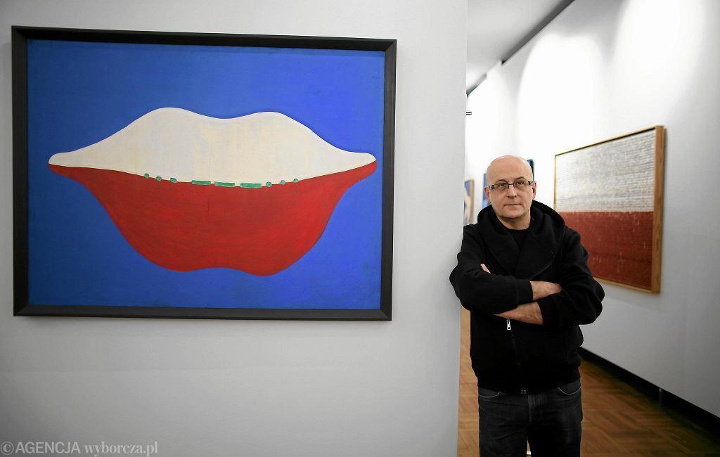 Piotr Rypson w zaprojektowanej przez siebie Galerii Sztuki Polskiej XX i XXI Wieku / BARTOSZ BOBKOWSKI