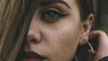 Jak uzyskać idealną kreskę na oku? Najlepsze triki makijażystki [WIDEO]