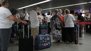Kontrole na lotniskach w UE. Kwarantanna i testy dla niektórych podróżnych