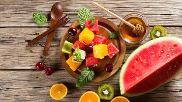 Fruktoza należy do węglowodanów prostych.  Występuje głównie w owocach, miodzie, nektarze kwiatów oraz spermie ssaków