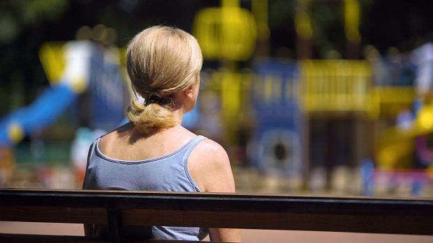 Ostatnio odebrałam takie dwa telefony, że kobieta opowiada, że była awantura i on ją uderzył, więc ona zabrała dziecko i są teraz na placu zabaw (fot. Shutterstock)