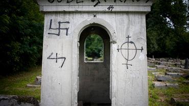 Obraźliwe napisy na cmentarzu żydowskim w Białymstoku