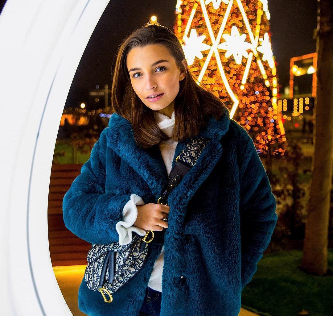 Julia Wieniawa w kolorowym futrze