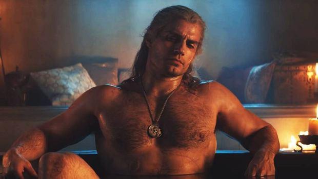 Geralt w trakcie kąpieli, do której dołączyła Yennefer