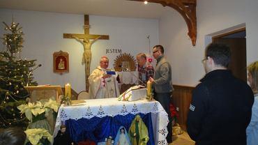 Biskup Gerard Bernacki podczas mszy w intencji zmarłych piłkarzy Ruchu Chorzów
