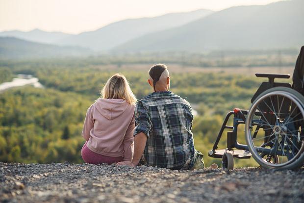Rodzice tak bardzo nas kochają i chronią, że nie widzą nas jako kobiety, mężczyzny, tylko nadal jako dziecko (fot. Shutterstock)