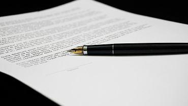 Czym się różni testament napisany odręcznie od tego sporządzonego u notariusza?