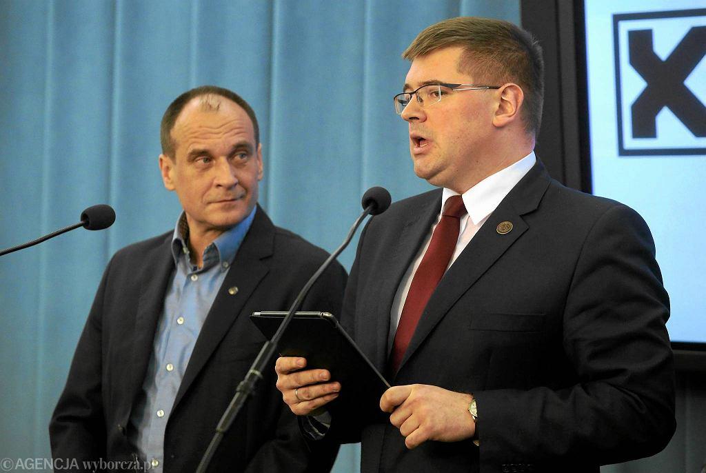 Paweł Kukiz i Tomasz Rzymkowski podczas konferencji na temat pomysłu, aby w Trybunale Konstytucyjnym zasiadło 18 sędziów
