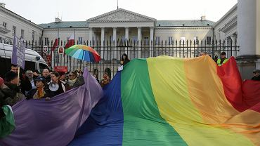 Zwolennicy karty LGBT+ na placu Bankowym w Warszawie