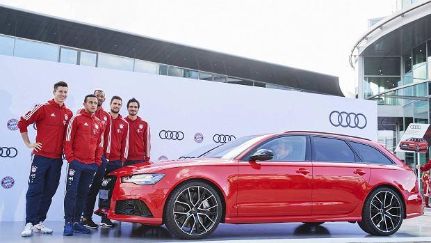 W środę do siedziby Audi w Ingolstadt wybrali się piłkarze Bayernu Monachium, by odebrać nowe modele samochodów. Robert Lewandowsk (wraz Matsem Hummelsem, Thiago Alcantarą, Jerome Boatengiem i Svenem Ulreichem) zdecydował się na prawdziwą bestię: 605-konne Audi RS 6 Avant. W Polsce za RS6 trzeba zapłacić co najmniej 576 tys. złotych - i to w opcji podstawowej.