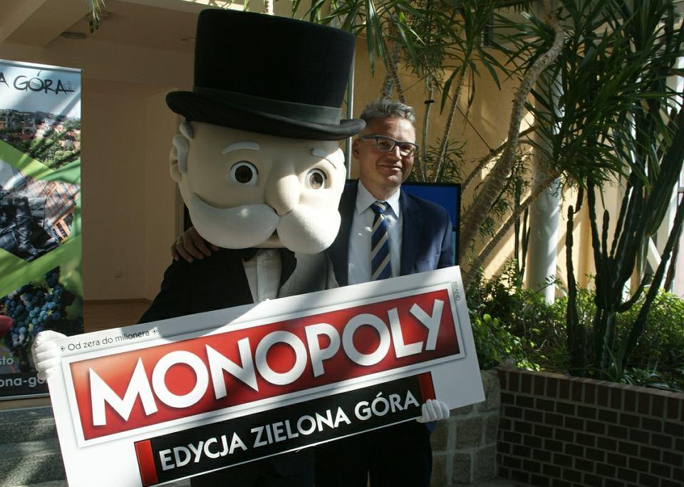 Konferencja prasowa w Palmiarni. Firma Winning Moves wyprodukuje grę Monopoly w specjalnej edycji dla Zielonej Góry. Pieniądze z budżetu miasta przekazał Janusz Kubicki, prezydent Zielonej Góry