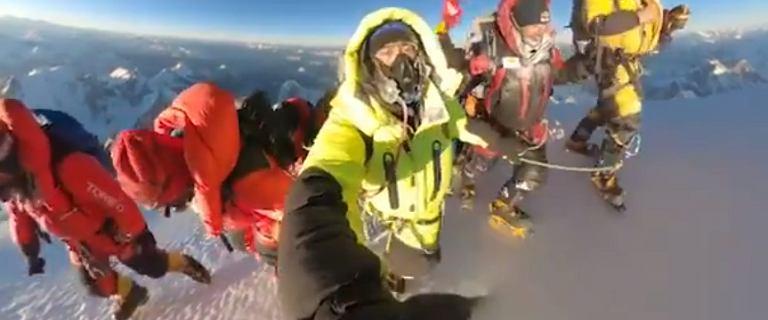 Jest nagranie z historycznego wejścia na K2! Idą ramię w ramię, śpiewają [WIDEO]
