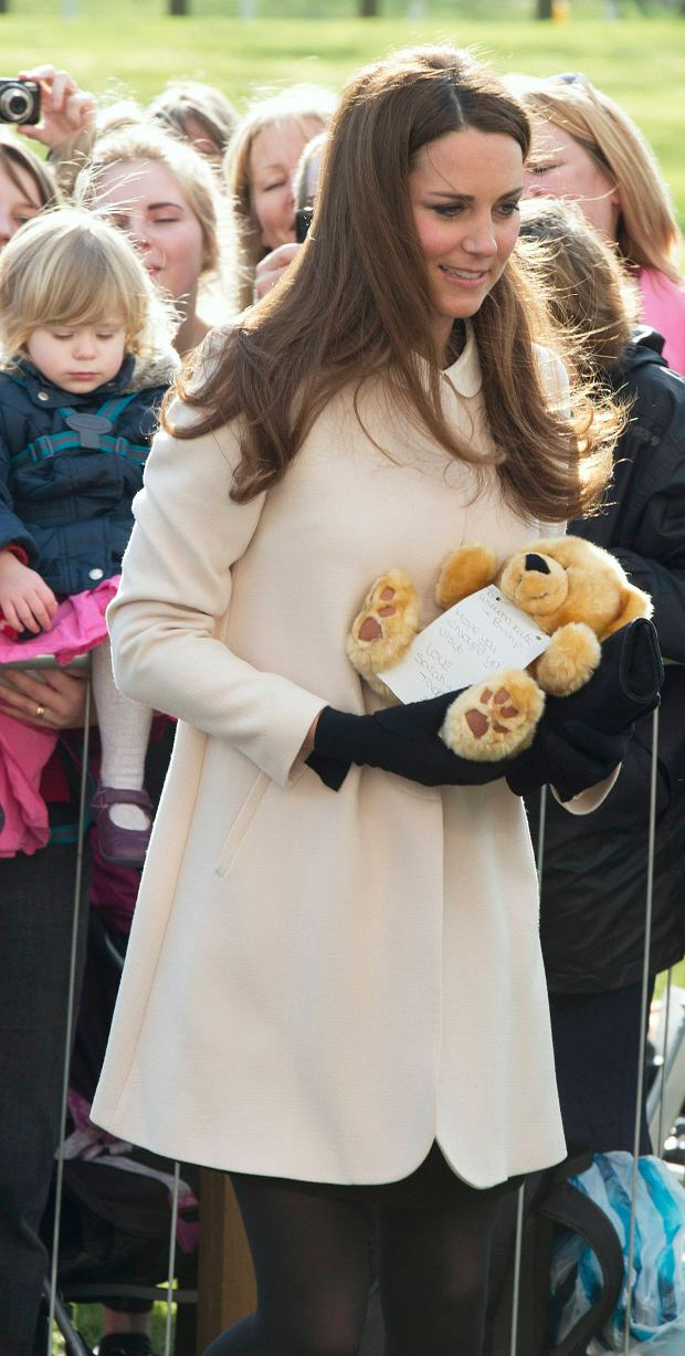 Britain's Catherine, Duchess of Cambridge receives a teddy bear from well-wishers as she visits the offices of Child Bereavement UK in Saunderton, southern England March 19, 2013.   REUTERS/Paul Edwards/pool    (BRITAIN - Tags: ROYALS ENTERTAINMENT SOCIETY)