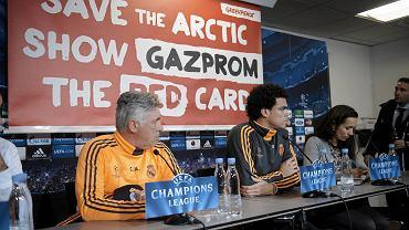 Flaga Greenpeace na konferencji przed meczem Realu
