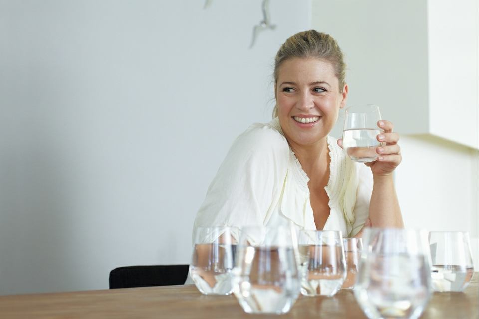 Pij dużo wody, to podstawa profilaktyki. Oddawanie moczu pomaga wypłukiwać bakterie