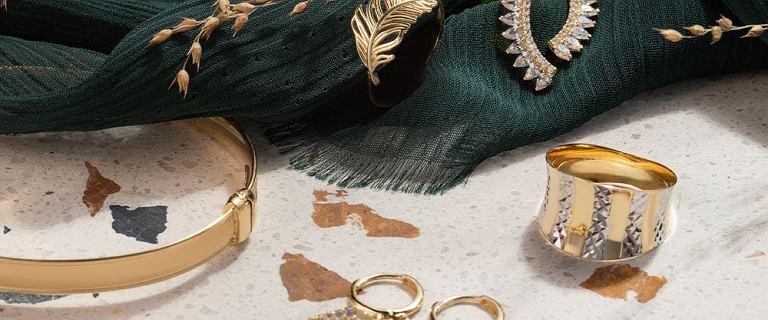 Modna biżuteria na wiosnę 2021. Mamy przepiękne pierścionki i bransoletki na gigantycznej wyprzedaży!