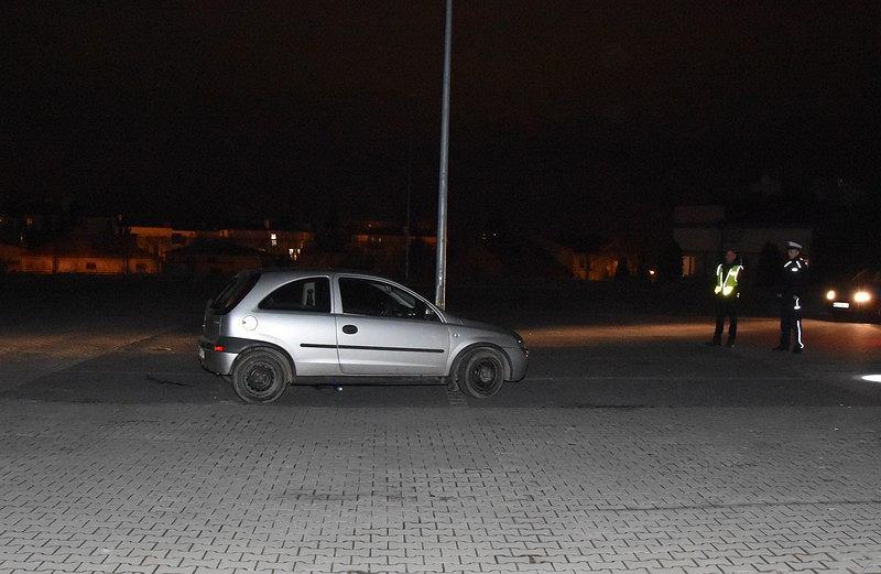 18-letni kierowca potrącił kolegę, który jechał na masce jego samochodu.
