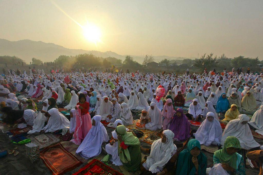Muzułmanie w Indonezji po modlitwie z okazji Eid, końca Ramadanu