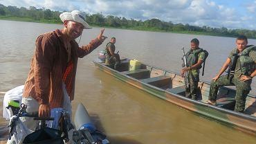 Dawid Andres żegna się z patrolem na granicy peruwiańsko-brazylijskiej.