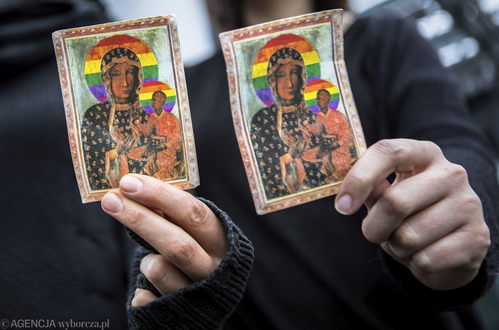 Uczestniczki rozklejania w Płocku plakatów z wizerunkiem Matki Boskiej z tęczową aureolą