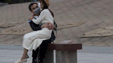 Para na ławce w Wuhan, 5 kwietnia 2020 r.