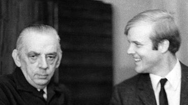W nagrodę za rozwiązanie bardzo trudnego zadania Stanisław Mazur (z lewej) wręczył szwedzkiemu matematykowi Perowowi Enflo żywą gęś.