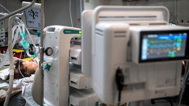Medycy przez całą dobę pracują w szpitalu tymczasowym w Pyrzowicach, który powstał tuż przy lotnisku.