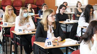 Matura z matematyki. Na zdjęciu maturzyści z XVII LO przy ul. Tęczowej we Wrocławiu