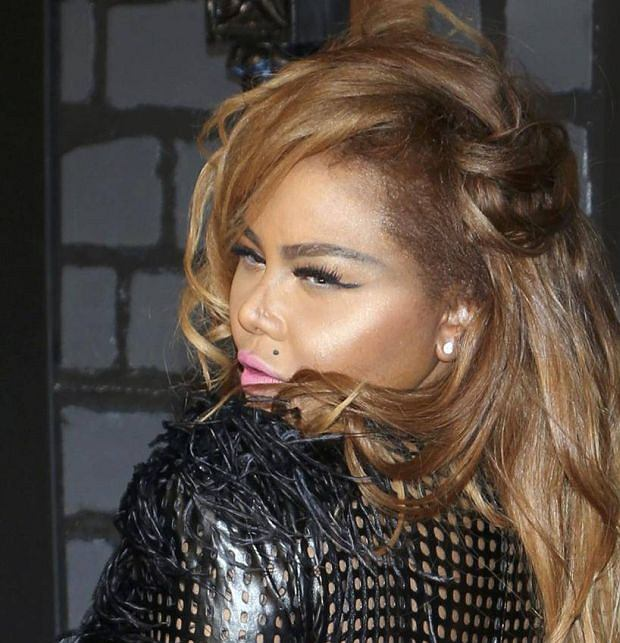 Rapper Lil' Kim poses on arrival at the 2013 MTV Video Music Awards in New York August 25, 2013.  REUTERS/Andrew Kelly  (UNITED STATES   Tags: ENTERTAINMENT)(MTV-ARRIVALS)