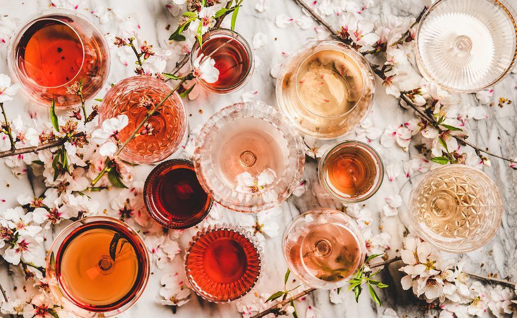 Zestaw szklanek do różnorodnych napojów.