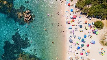 Turyści okradają plaże. Można dostać karę za zabranie piasku czy muszelek z sardyńskich plaż.