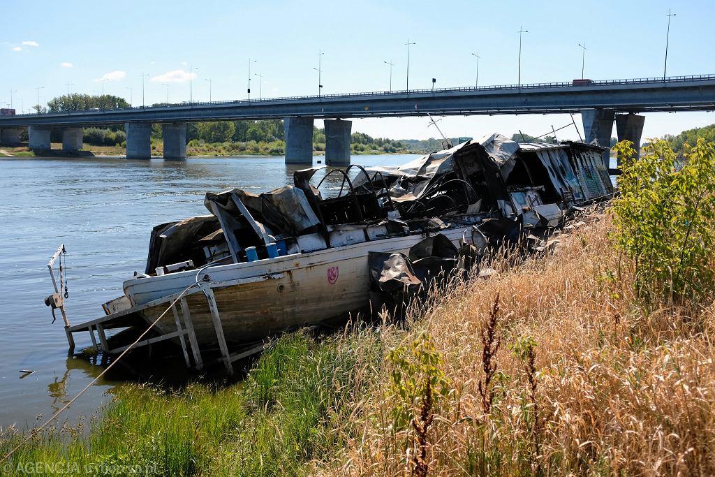 Wrak barki zniknie spod mostu Łazienkowskiego