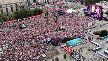 Wypełniony po brzegi plac Defilad podczas meczu Polaków robi wrażenie. Takie zdjęcia przejdą do historii Euro w Warszawie.
